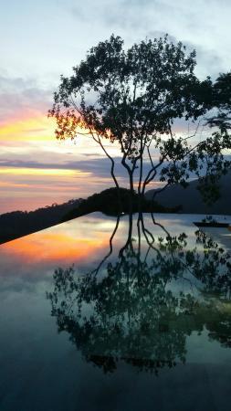Kura Design Villas Uvita: Pool at sunset