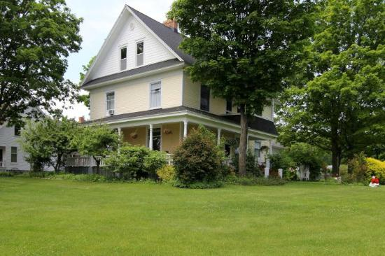 Omena, MI: Wheeler house grounds