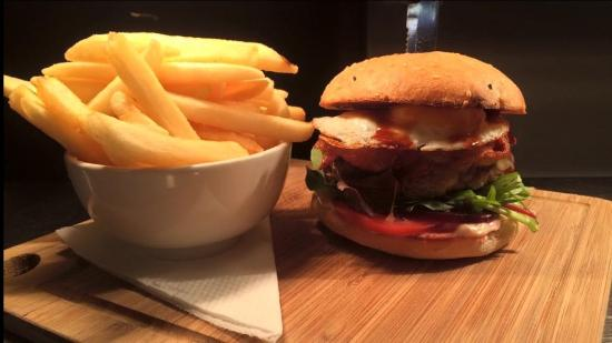 Global Bar & Cafe: Aussie beef burger