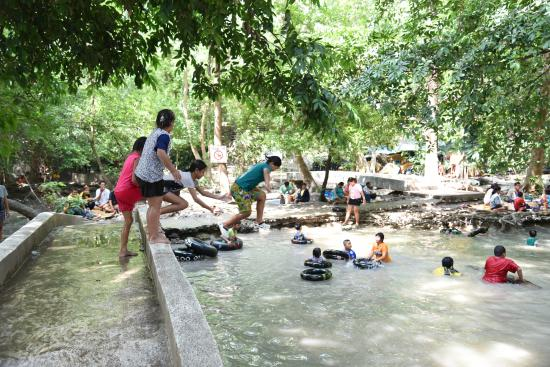 น้ำตกวังก้านเหลือง: น้ำบ้างส่วนที่พอมี เด็กๆเล่นกันสนุกเลย