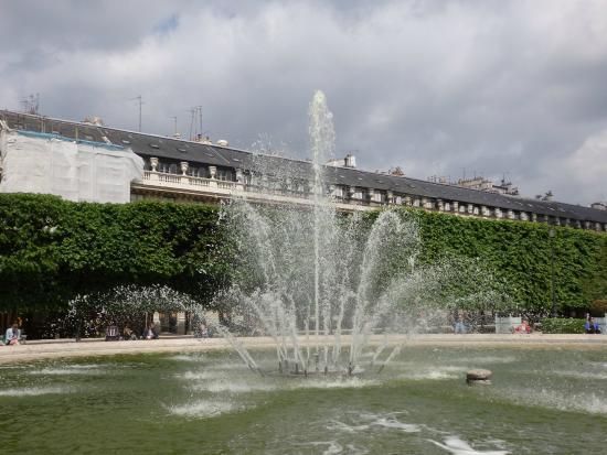 Esplanade des colonnes de buren et acc s au jardin for Au jardin du port le palais
