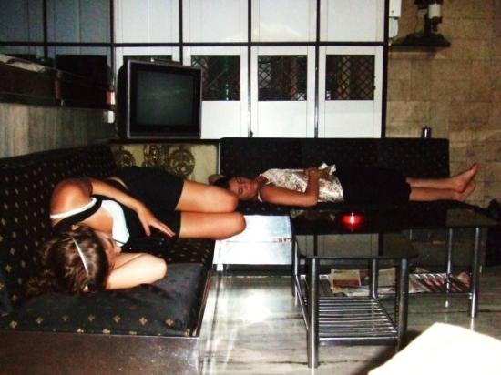 Sharda Hotel: Us sleeping waiting for a cab ahah at the reception.