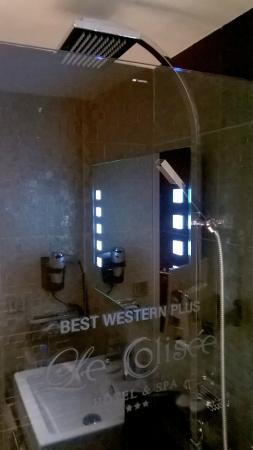 LE COLISEE Hotel & Spa : Rainshower