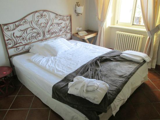 Hotel Camin Colmegna: Beds are large, with plenty of pillows.