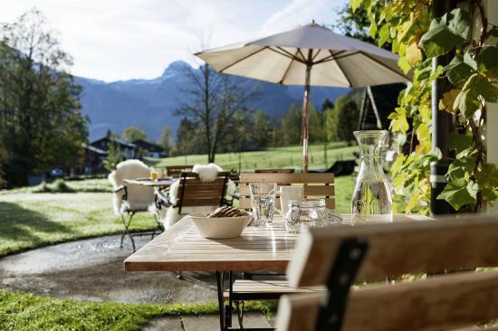 Lenk Lodge: Frühstück mit Morgensonne auf der Terrasse mit grosser Wiese