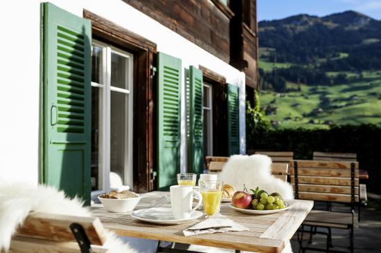 Lenk Lodge: Frühstück mit Morgensonne und Blick aufs Schatthorn