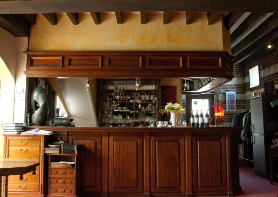 Paluel, France : Le bar dans un intérieur cosy où domine le bois