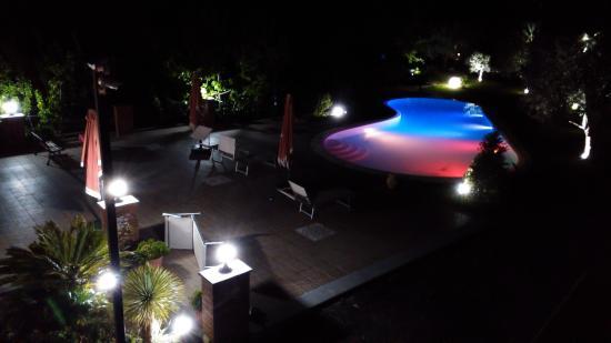 B&B Dimora dell'Etna: The swimmingpool and sundeck at night