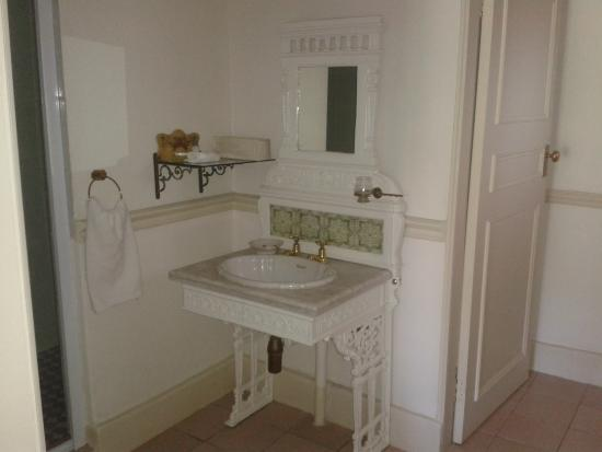 Sherwoods Country House: Classic bathroom
