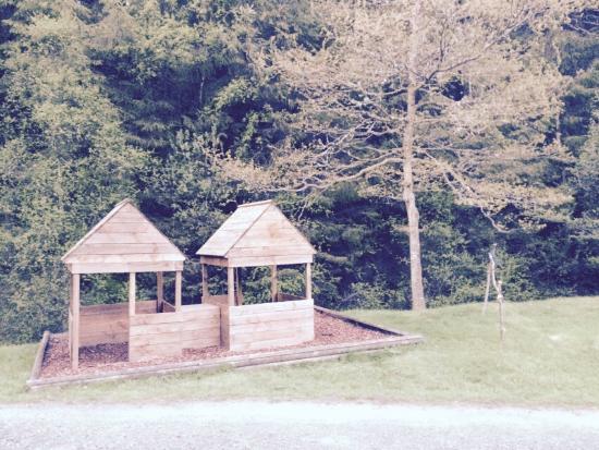 Trallwm Forest Cottages: Kids play hut area