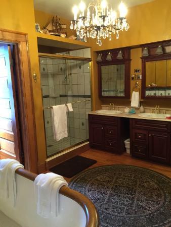 Caro, MI: Bathroom in the Myer & Rosa suite