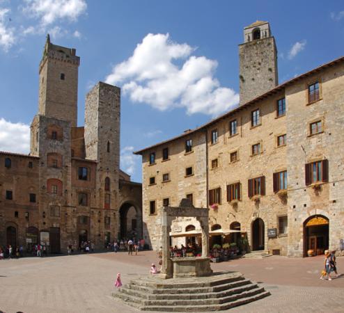 Hotel Leon Bianco: Piazza della Cisterna