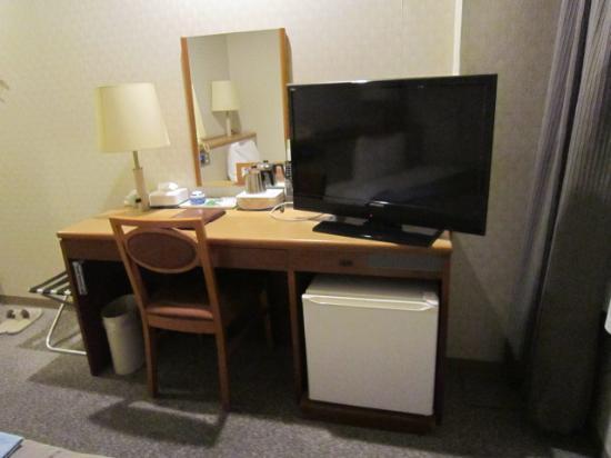 Sentia Hotel Naito: 机とテレビ