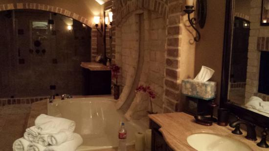 Seventh Heaven Bed & Breakfast: Amazing bathroom, tub with waterfall and shower with 7
