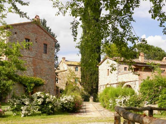Borgo Santa Maria: vista giardino in fiore