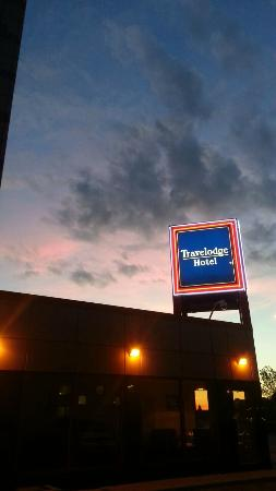 Travelodge Hotel by the Falls: hotel sunset