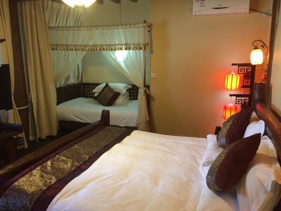 Laoshu Yunjin Yaju Courtyard Hotel: Chambre et cour de l'hôtel