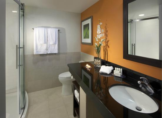 Courtyard by Marriott Fort Lauderdale East: Luxurious bathrooms with ample counter space and walk-in shower