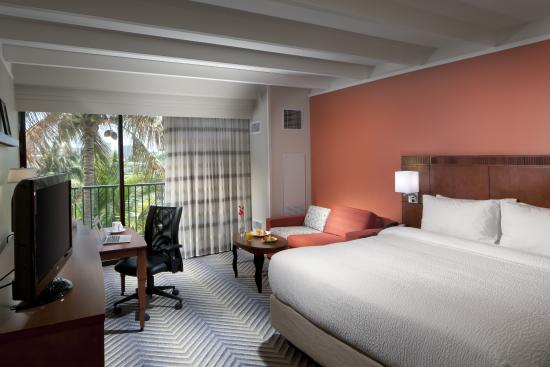 Courtyard by Marriott Fort Lauderdale East: Room with King Bed and Balcony
