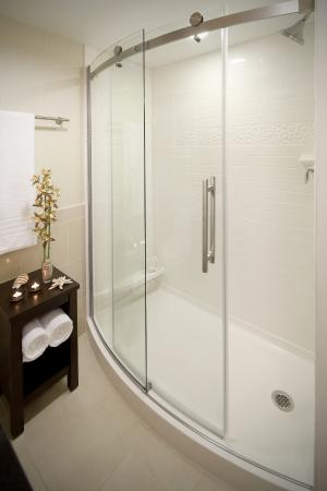 Courtyard by Marriott Fort Lauderdale East: Luxurious walk in shower with curved glass doors and plenty of space
