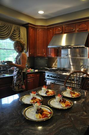 Shells By The Sea B&B: The gracious owner,  Shelly preparing the yummy breakfast