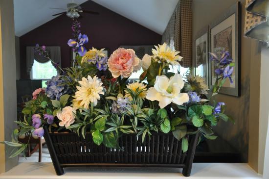 Shells By The Sea B&B: Beautiful flower arrangement