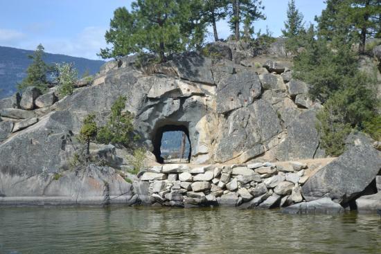 Βέρνον, Καναδάς: Granite tunnel to Quarry Bay secluded beach