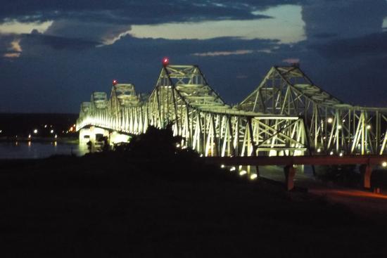 BEST WESTERN River Inn: Bridge light up at night