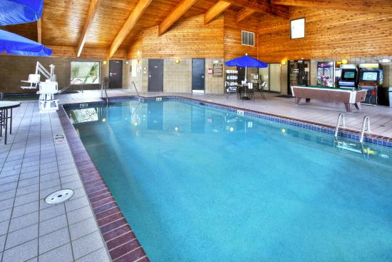 AmericInn Lodge & Suites Oshkosh: Indoor Pool & Game Room