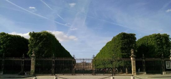 Παρίσι, Γαλλία: Palais du Luxembourg in the distance