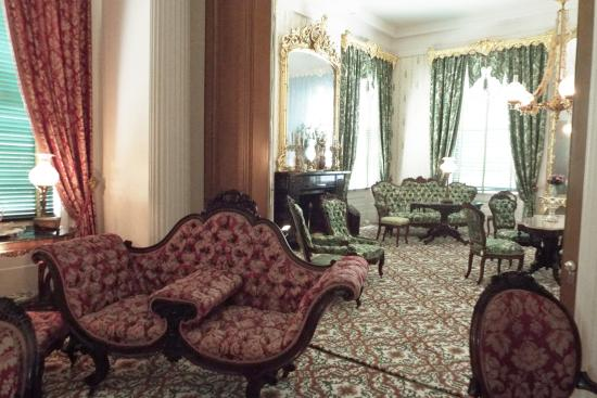 Natchez, Миссисипи: Front and Back Parlors, all original to the home furnishings
