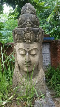 Katana Villa: Amazing statue next to the Moon Bungalow