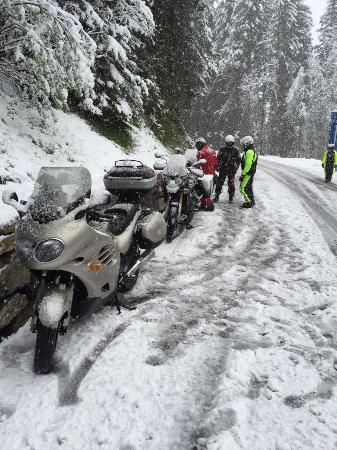 Sind bei der Töff Tour über Auffahrt dank Schneegestöber unverhofft im Bären gelandet