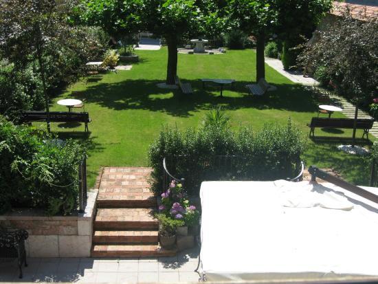 Apartamentos Turísticos 3 llaves  LA  PONTIGA: jardín posterior