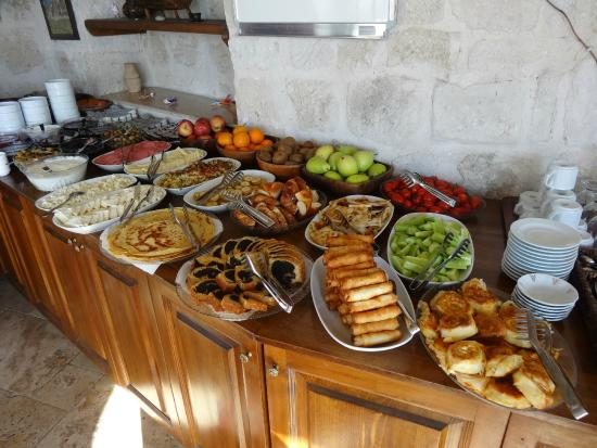 Divan Cave House: Turkish breakfast with lots of choices and made-to order eggs