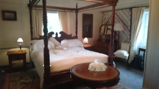 Ballyboy House: Lovely and comfy room, bed and sheets, so many lovely pillows....