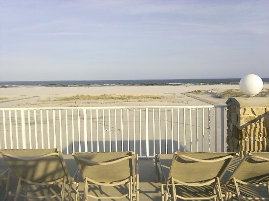 Lampliter Oceanside Resorts: 2nd Deck lounging with an ocean view :o)