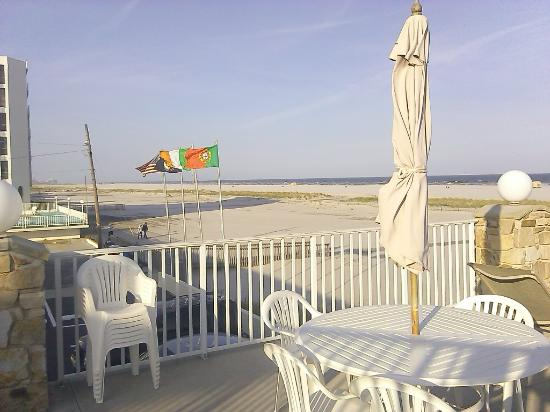 Lampliter Oceanside Resorts: Enjoy a card game, a meal and drink with a beautiful ocean view!