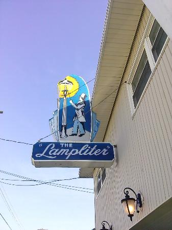 Lampliter Oceanside Resorts: The Lampliter curbside sign.... PLENTY of rooms for the whole family!