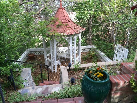 Casa Blanca Inn : Gazebo near Fountain