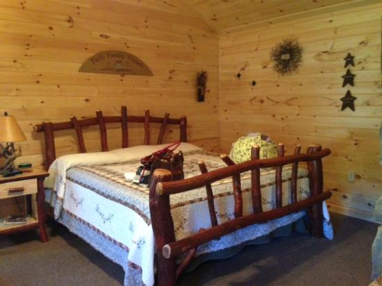 7 C's Lodging: King bed - Cabin 12