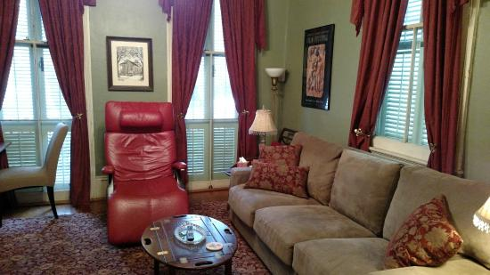Sunburst Inn Guest House: Sitting room from the bedroom... That red chair is the bomb