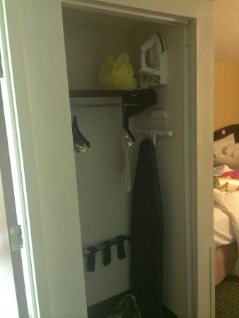 Hampton Inn Georgetown-Marina: Missing closet door