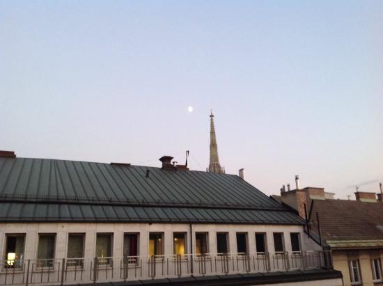 """Hotel Amadeus: Vista do quarto, tendo ao fundo a torre da Igreja de São Pedro e a lua cheia"""""""