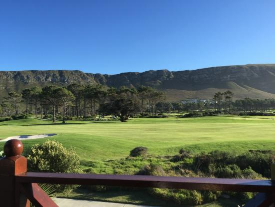 Mulligans Guest Lodge: Vista parao campo de golf com as montanhas ao fundo
