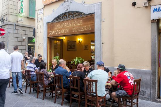 Casa Billi : Nice place to eat right in front of hotel.