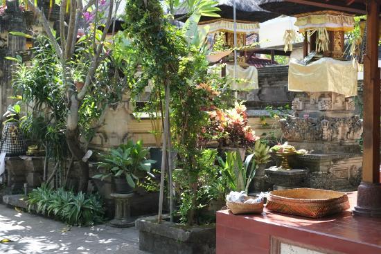 Nakula Familiar Inn : Court yard