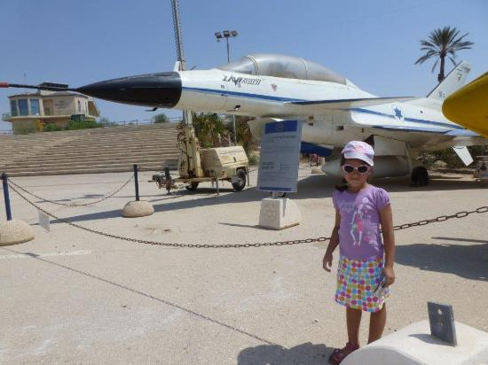 Hatzerim Israel Airforce Museum: Close-up with aircraft