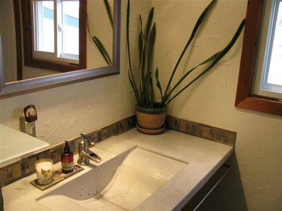 Red Butte Ranch: Modern Bathroom in the B&B