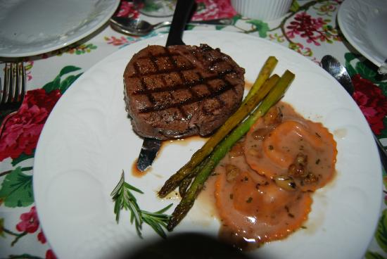 Greystone Manor: Steak and Rovioli was served with all the dishes!